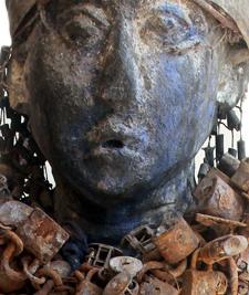 Detailansicht der Wächterfigur vom oberen Mono